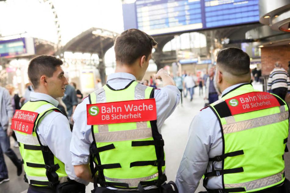 Sicherheitskräfte der Bahn am Hamburger Hauptbahnhof.