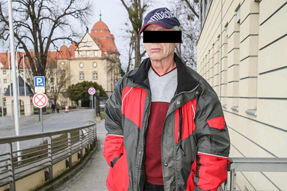 Vor dem Amtsgericht Pirna gestand der frühere Stasi-Mann Peter K. (68) alle Details seiner Tat und entschuldigte sich bei den Vermietern der Jagdvilla.