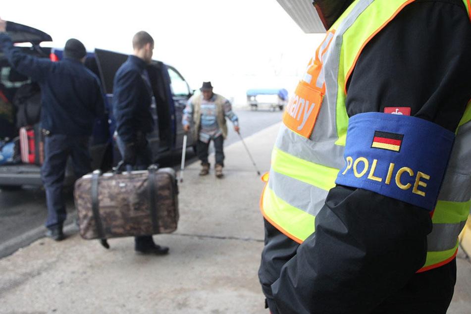 Polizisten begleiten abgelehnte Asylbewerber zu ihrem Flugzeug. Diesen Weg ging nun auch der Terror-Verdächtige aus Marokko. (Symbolbild)