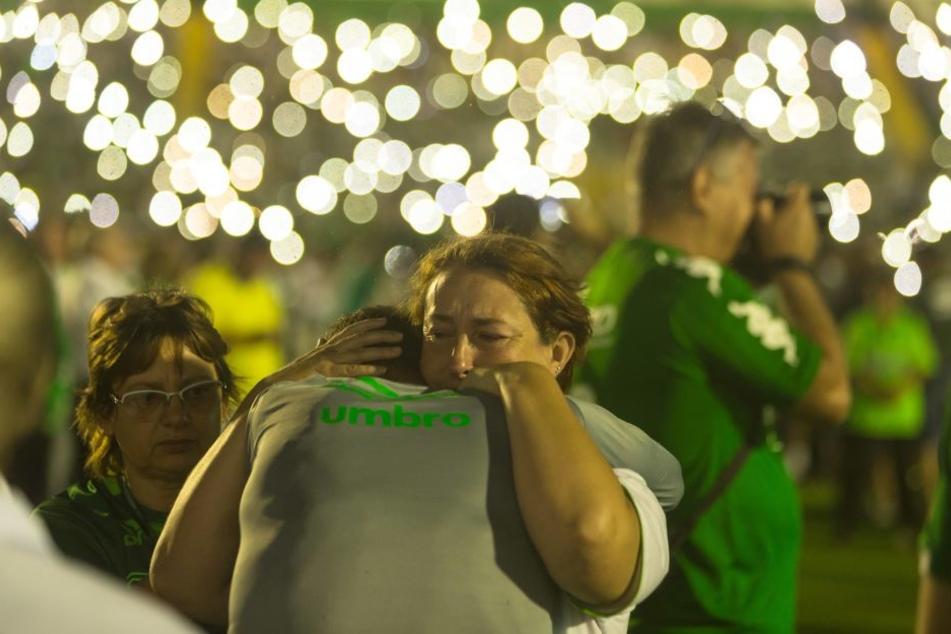 Weinende Menschen beim Abschied für die toten Fußballer in Medellin.
