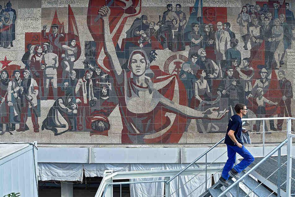 """Das 300 Quadratmeter große Wandbild """"Der Weg der Roten Fahne"""" an der Westfassade des """"Kulti"""" entstand zwischen 1968 und 1969. Seit 2001 ist es als Kulturdenkmal ausgewiesen."""