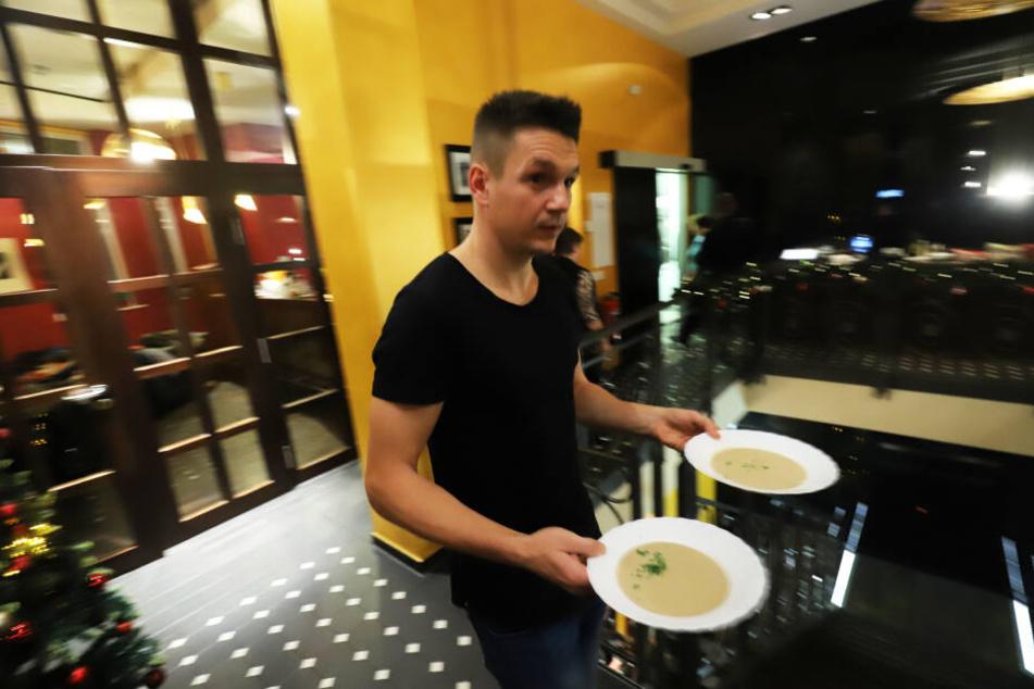 Auch Ex-CFC-Spieler Daniel Frahn war vor Ort und servierte das Festessen.