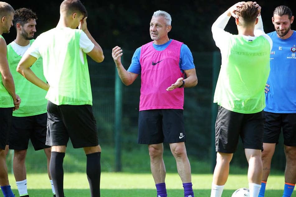 Dotchev erklärt seinen Spielern, wie er die englische Woche angehen will.