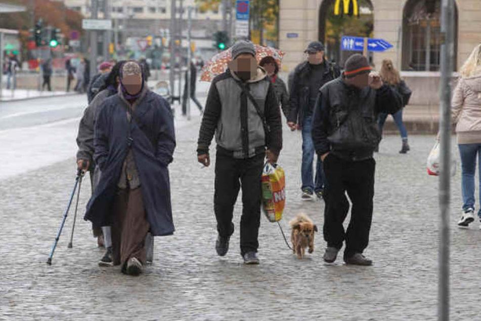 Auch gestern war die Bettlerbande mit Krückstöcken und einem Hund wieder unterwegs.