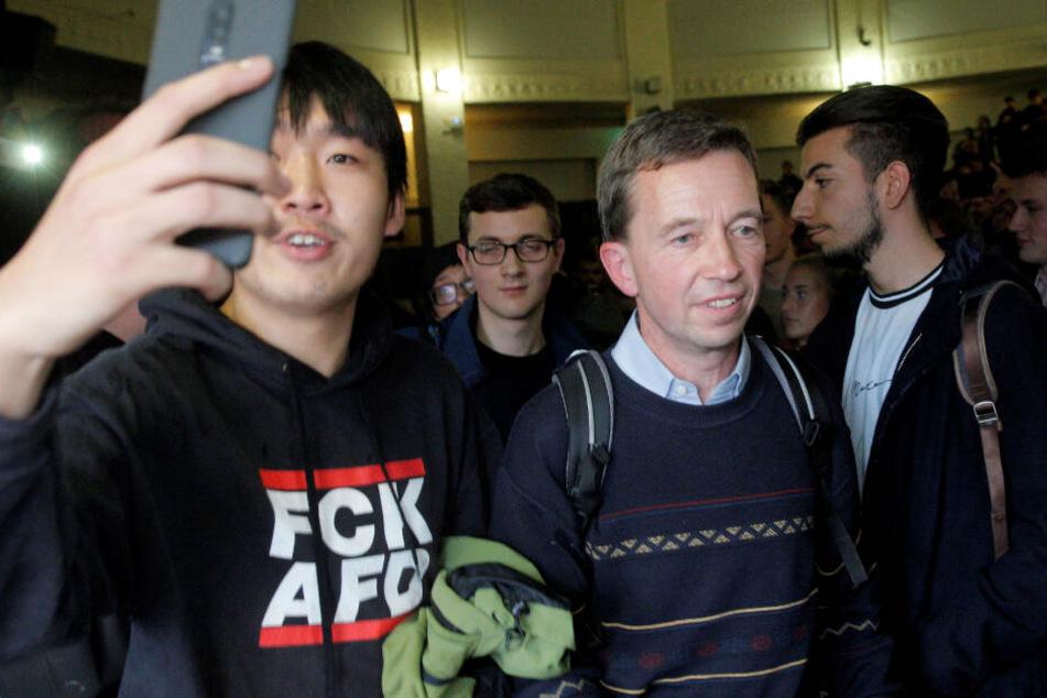 Bernd Lucke, Wirtschaftswissenschaftler und AfD-Mitbegründer, verlässt nach seiner verhinderten Antrittsvorlesung den Hörsaal der Universität Hamburg.