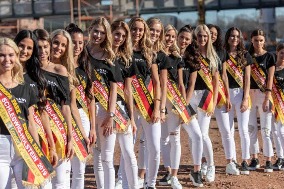 Nach einer Pressekonferenz stehen die Kandidatinnen zu einem Gruppenfoto zusammen.