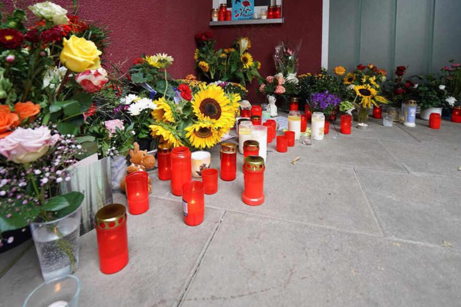 Blumen und Kerzen vor der Arztpraxis, in der vergangene Woche ein 51-Jähriger erstochen wurde.