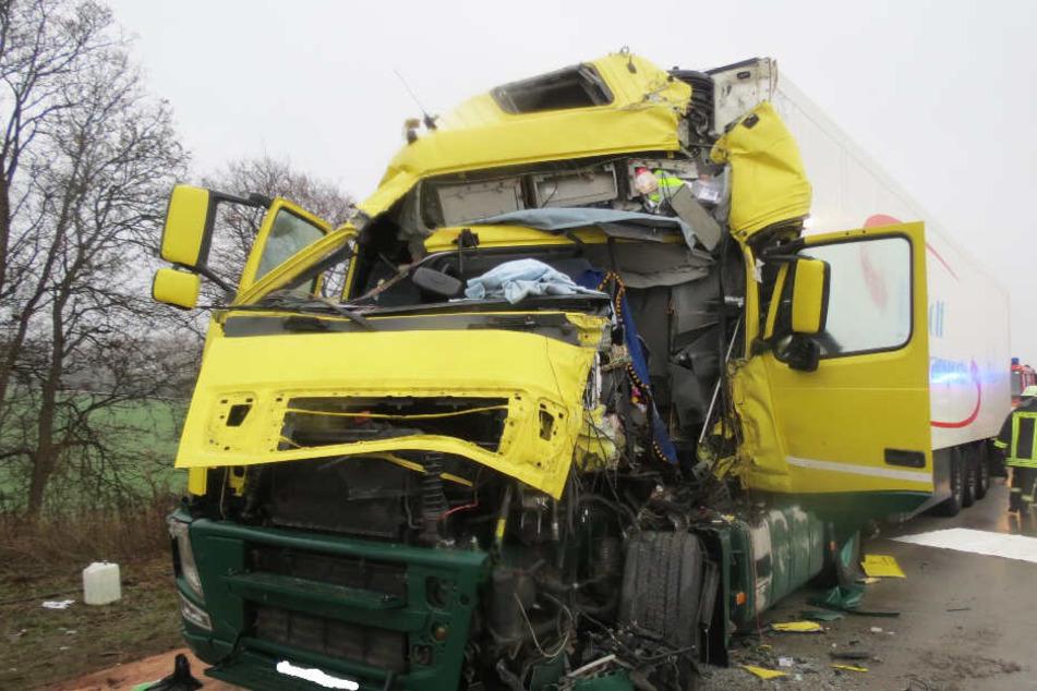 Die Fahrerkabine wurde beim Aufprall komplett zerquetscht.