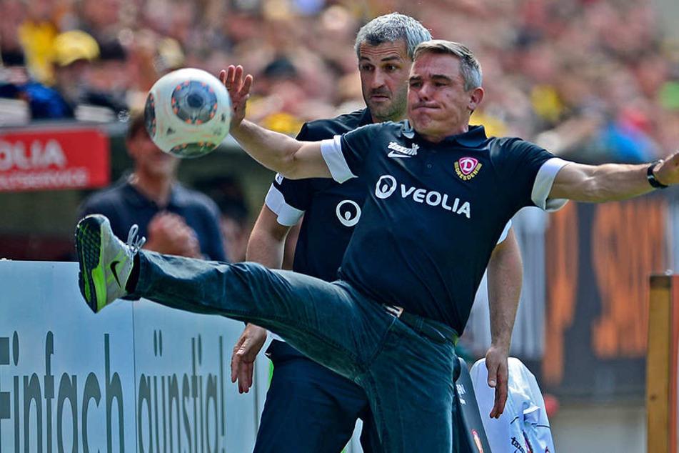 Olaf Janßen (vorn) zeigte in seiner Dresdner Zeit zwar Fertigkeiten am Ball, als Trainer reichte es aber am Ende der Saison 2013/14 nicht zum Klassenerhalt.