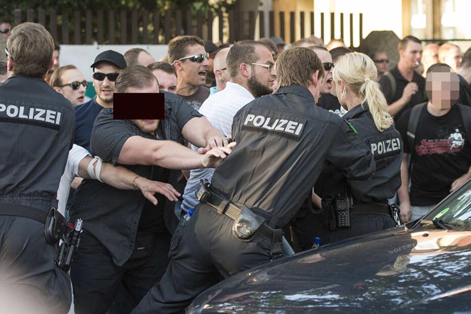 """René F. (26, l.) wurde für diesen Angriff auf die Polizei im Juli 2017 verurteilt. Er soll ebenso wie Nick F. (27, r.) zur """"Reisegruppe 44"""" gehören."""
