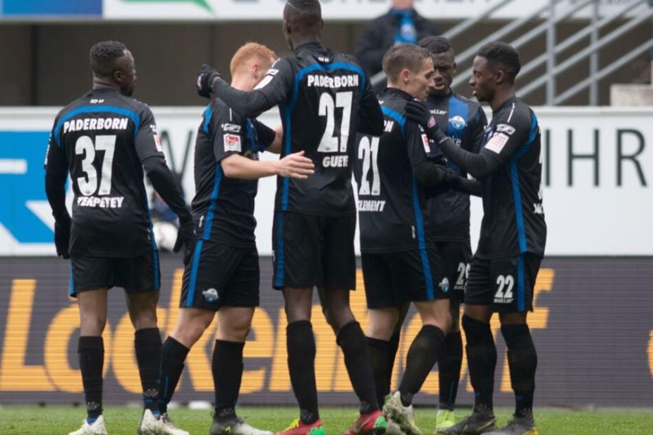 Die ganze Mannschaft feierte den 2:0-Treffer von Babacar Gueye (m.).