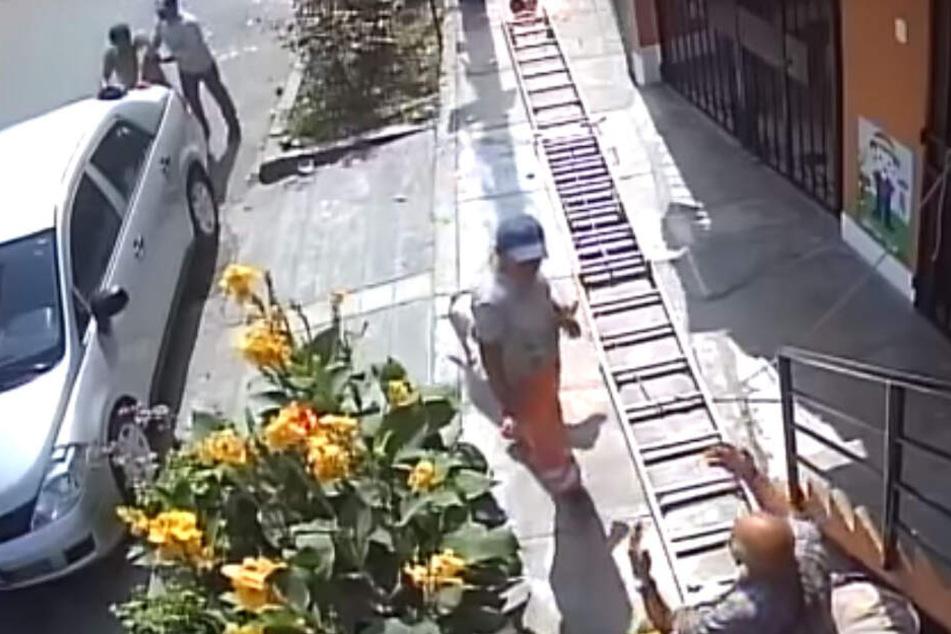 Ein Mann half Fernández Sánchez (46), der sich an ein Auto lehnte, ein anderer konfrontierte den Rentner mit seiner Tat.