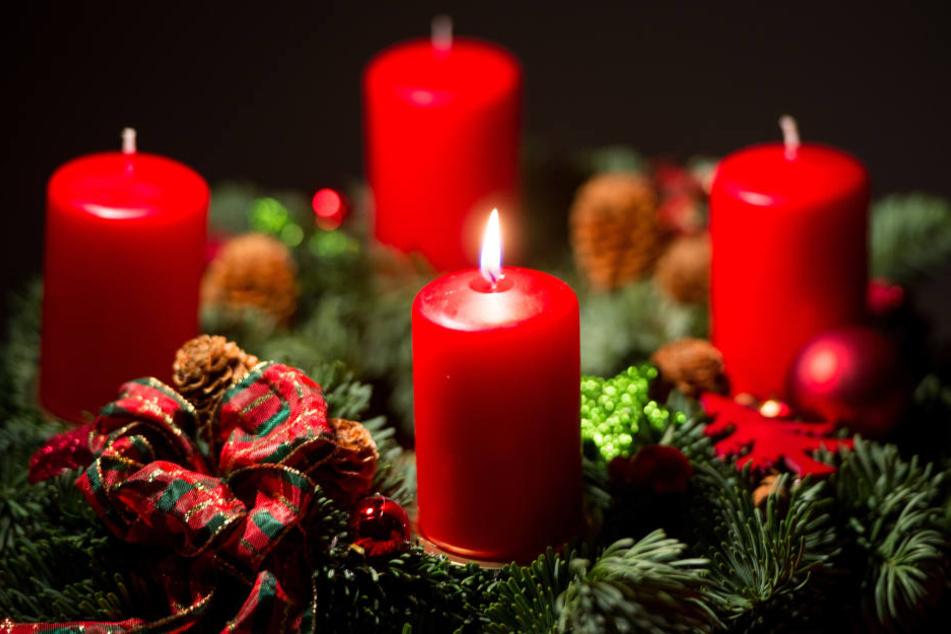 Am Sonntag ist der erste Advent: Die Kerzen lösen oft Brände aus. (Symbolbild)