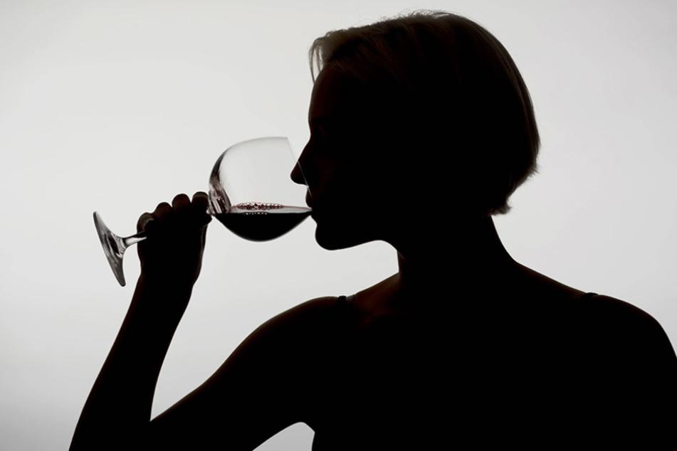 Alkoholkonsum kann zum Problem werden. Doch es gibt Stellen, an die man sich wenden kann.