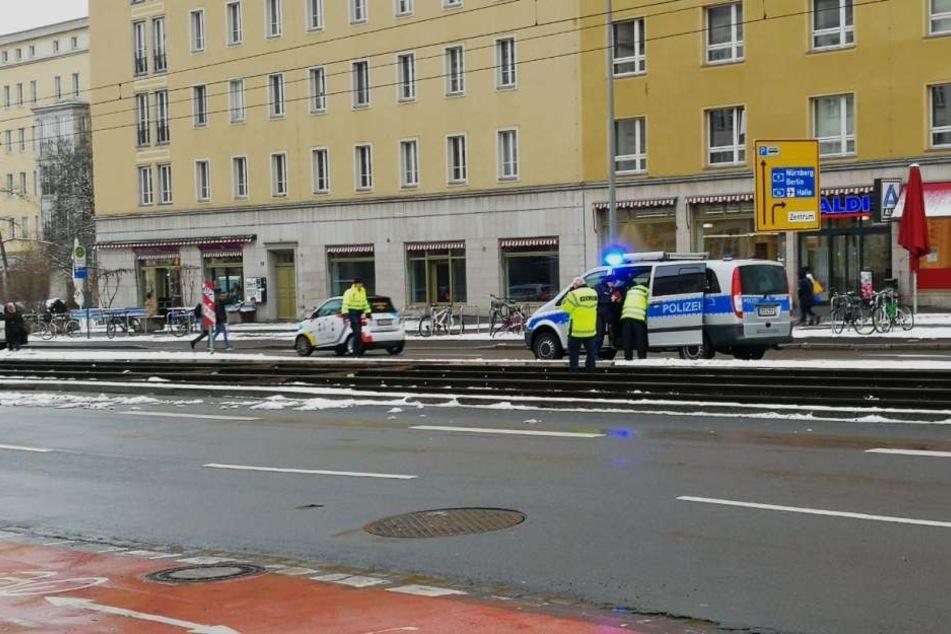 Wegen des Zusammenstoßes musste der Straßenbahnverkehr an der Härtelstraße für rund eine Stunde gestoppt werden.