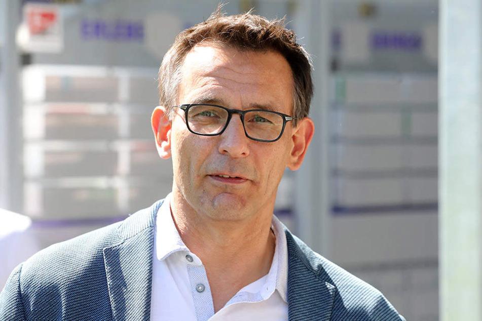 Dynamo-Geschäftsführer Michael Born versprach den Auern, für den entstandenen Schaden aufzukommen