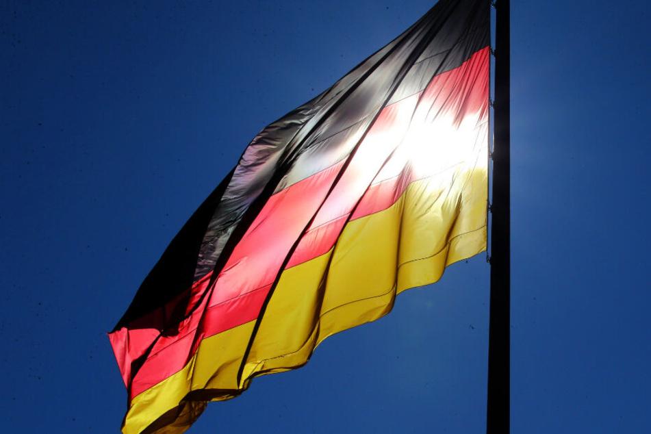Die Nationalflagge vor einer Schule könnte in Deutschland bald gelebte Realität werden.