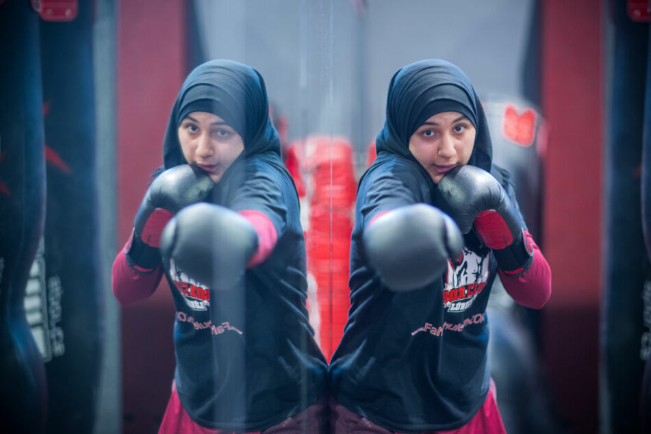 Boxerin Miriam Hamdoun trainiert beim Boxclub Lübeck vor dem Spiegel. Seit einem Jahr boxen 20 Mädchen und Frauen mit und ohne Kopftuch in der Frauenboxgruppe.