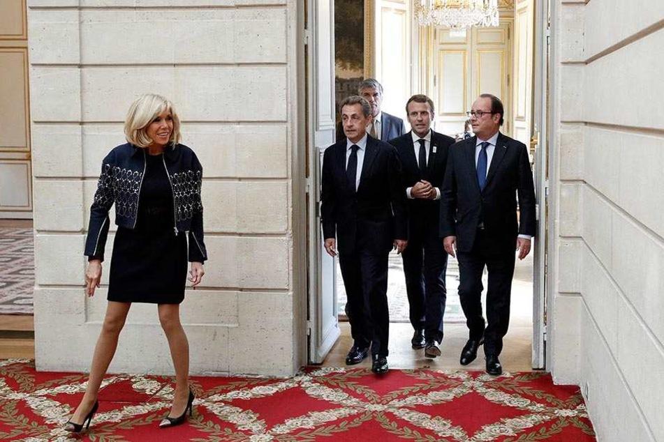 Frankreichs Staatspräsident Emmanuel Macron (2.v.r) und seine Frau Brigitte (l) empfingen am 15.09.2017 im Élyséepalast in Paris die früheren Staatspräsidenten Francois Hollande (r) und Nicolas Sarkozy (2.v.l).