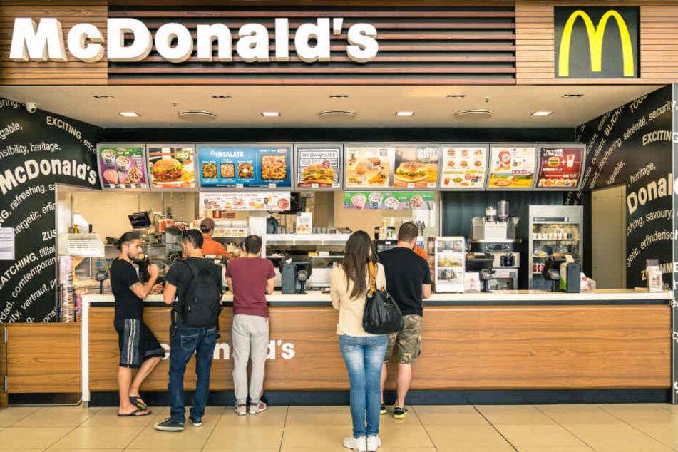 McDonald's beginnt ab sofort damit, in einem Teil seiner Restaurants Kaffee, Tee und Kakao in Porzellan- und Glasgeschirr auszuschenken.