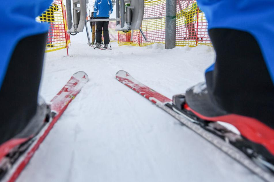 Zwei Skifahrer prallen zusammen, einer bleibt bewusstlos am Boden liegen