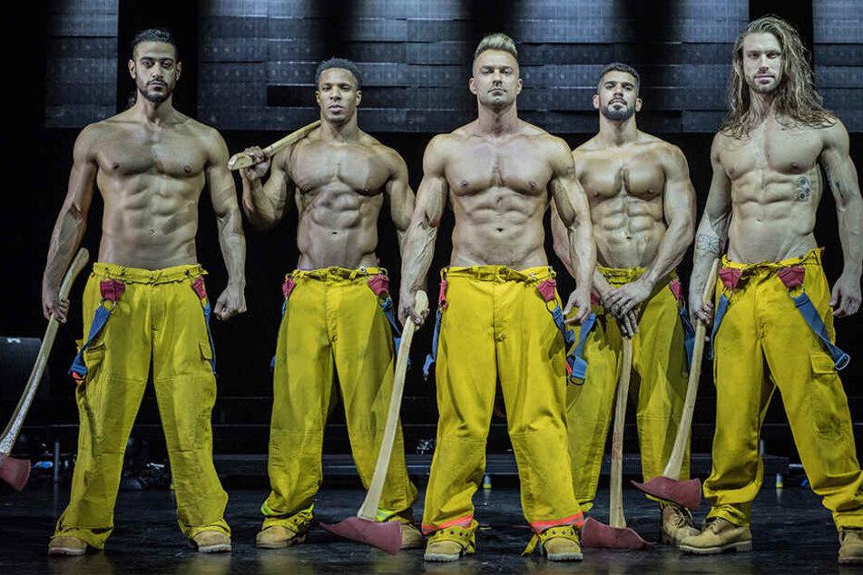Statt einen Brand zu löschen, entfachen sie Feuer: die sexy Chippendales als Feuerwerker.