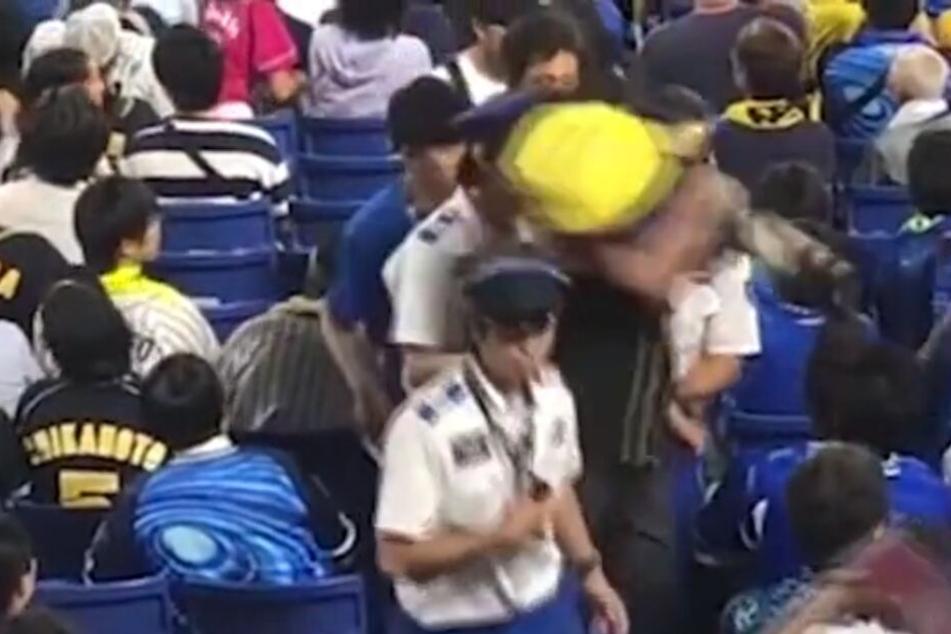 Mann verprügelt gegnerischen Fan und benutzt dafür ein kleines Kind!