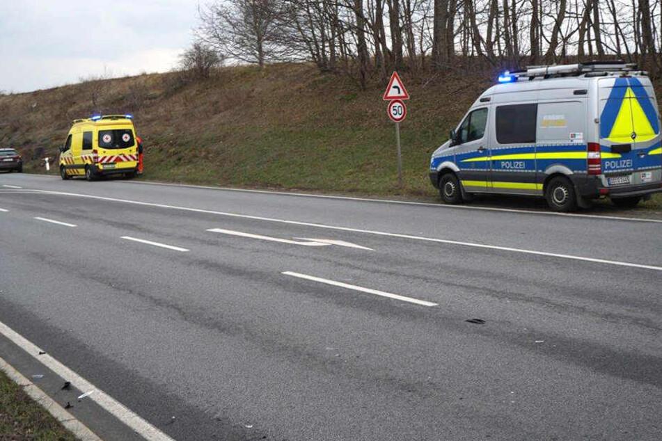 Rettungssanitäter eilten zum Unfallort. Die Polizei ermittelt zur Ursache der Kollision.