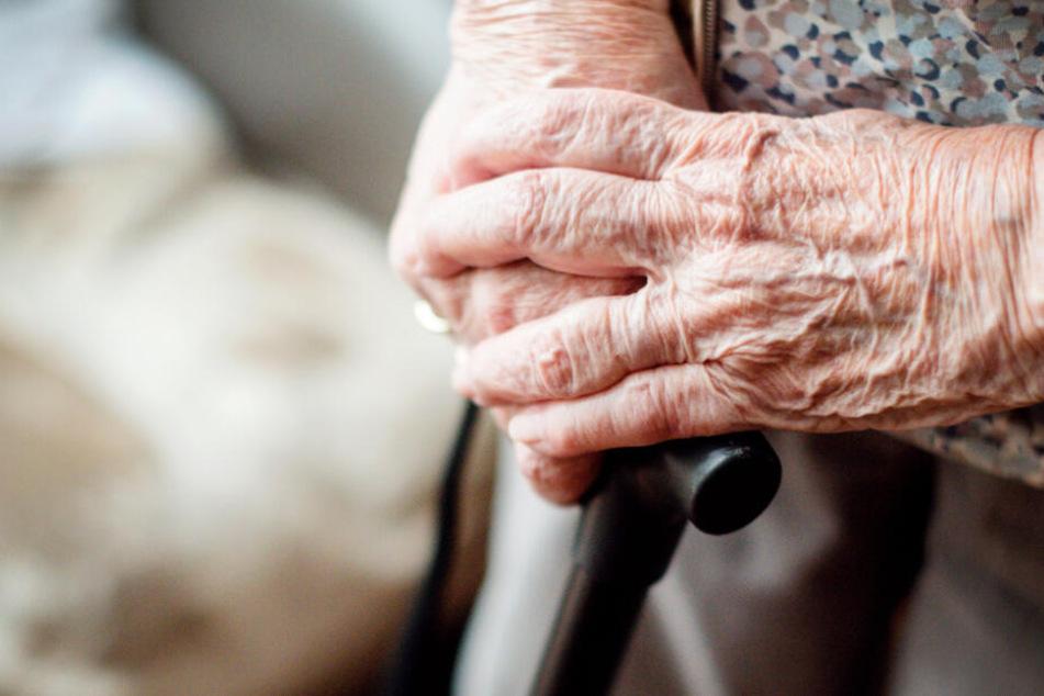 Zuvor bot der Betrüger an, die Einkäufe der Seniorin zu tragen (Symbolfoto).