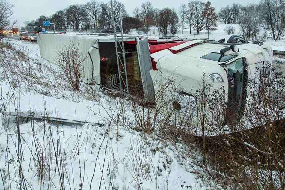 LKW auf A4 umgekippt: Fahrer verletzt