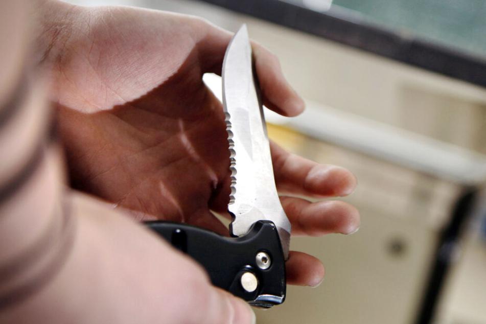 Der Tatverdächtige verletzte den Rathausmitarbeiter mit einem Messerstich lebensgefährlich. (Symbolbild)
