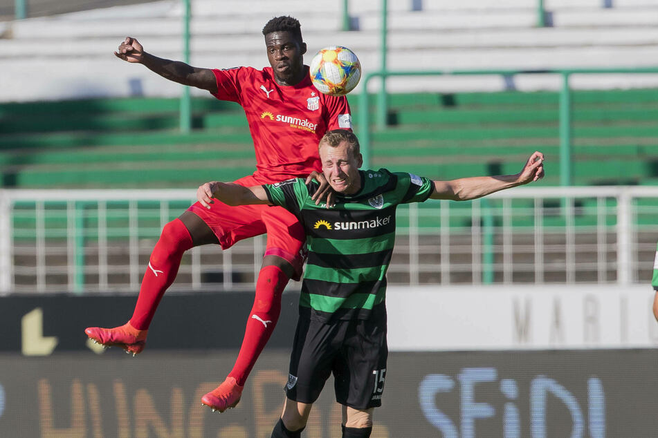 FSV-Stürmer Johannes Dörfler im Kopfballduell mit Münsters Simon Scherder.