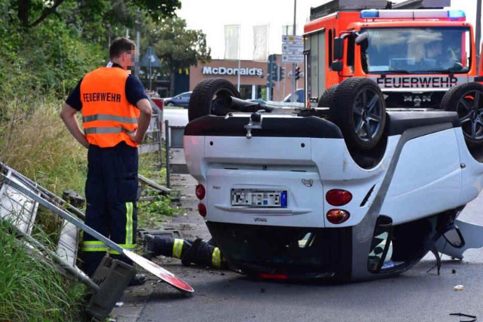 Der Fahrer oder die Fahrerin ließ den Smart am Unfallort zurück und flüchtete.