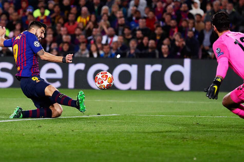 Barca-Stürmer Luis Suarez (l.) grätscht den Ball an Liverpool-Keeper Alisson vorbei zum 1:0 für die Hausherren ins Netz.