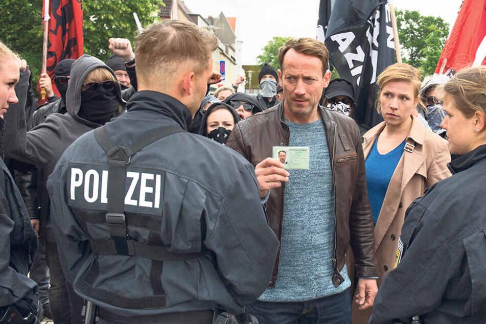 """""""Nazi-Schweine"""", """"Bullen-Staat"""": Bei einer Demo geraten Falke (Wotan Wilke Möhring) und Grosz (Franziska Weisz) ins Visier des Schwarzen Blocks."""