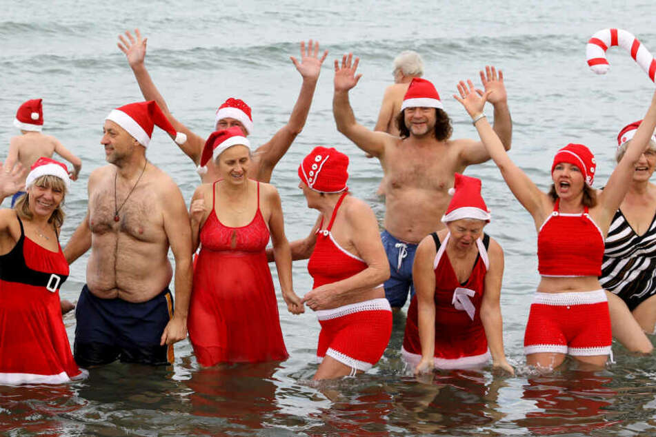 Mutige Weihnachtsbader steigen in eiskalte Ostsee