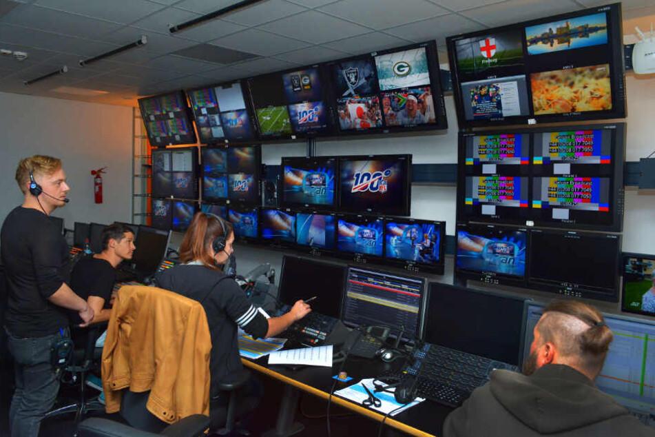 Alles im Blick: Im Regieraum herrscht reges Treiben. Insgesamt arbeiten 40-50 Personen während einer Sendung.