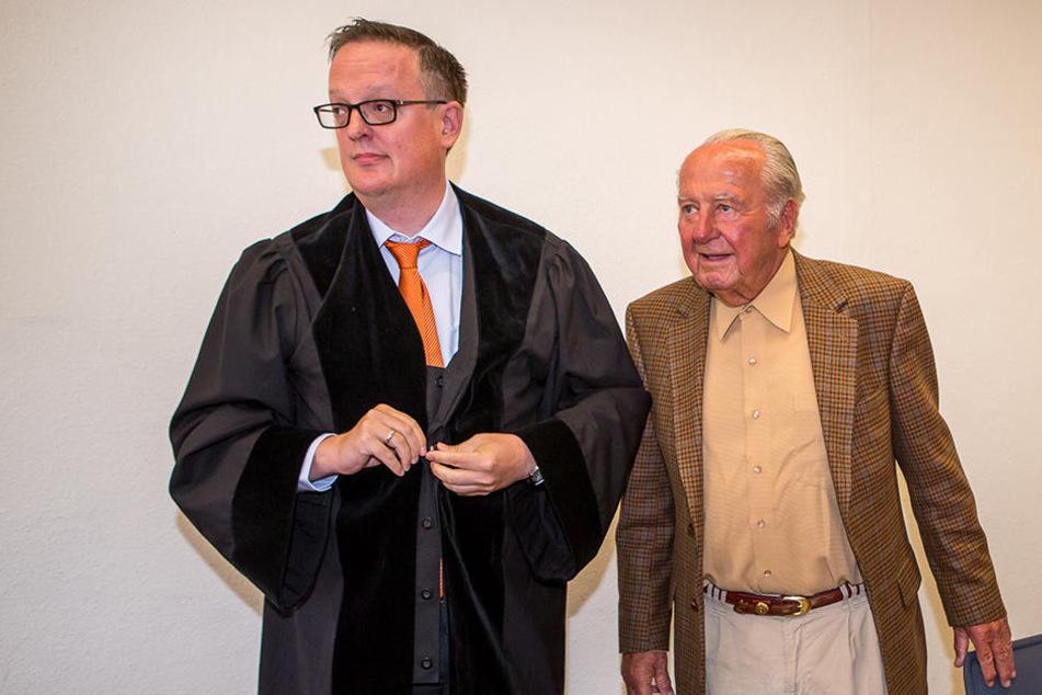 Johannes Gebbing (87, r.) mit seinem Anwalt Dr. Hannes Hartung.