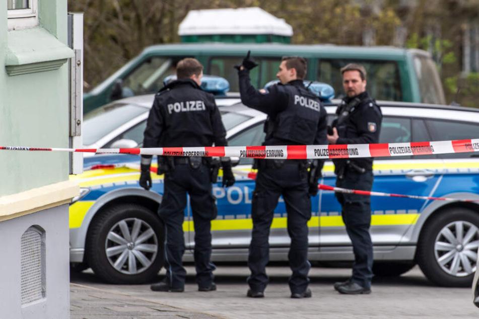Die Polizei hat den Eingang vor dem Wohnhaus abgeriegelt. (Symbolbild)