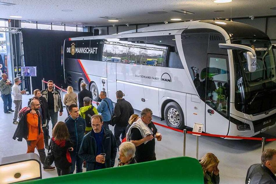 """Nur gucken, nicht anfassen: Den eigentlichen Bus gab der DFB nicht frei, MAN hatte aber eine """"Kopie"""" des 773.500 Euro teuren Nationalelf-Gefährts parat."""
