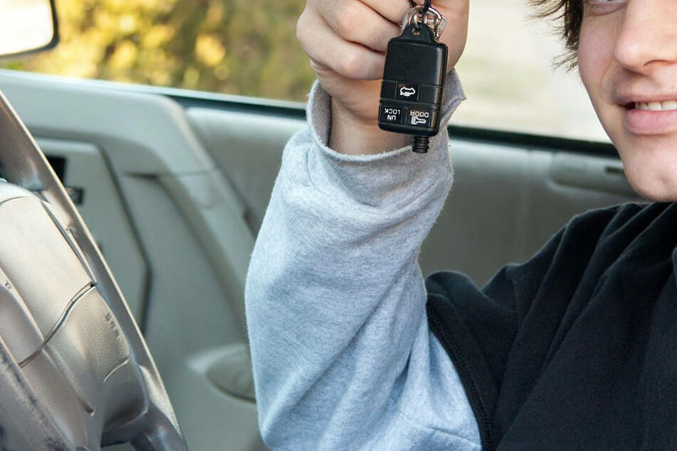 Der Jugendliche saß auf dem Fahrersitz - sein Vater direkt neben ihm! (Symbolbild)