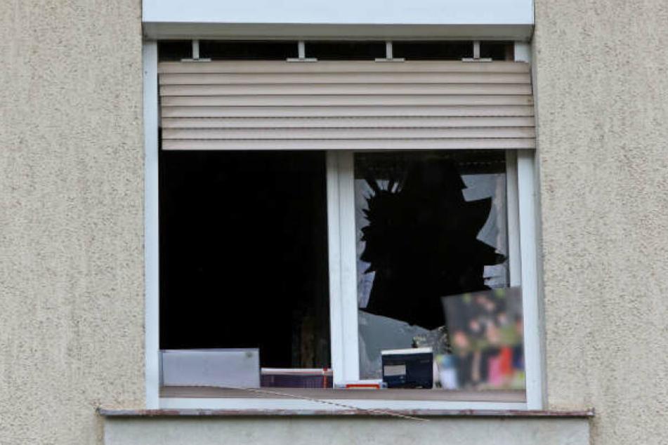 Hinter diesem zerstörten Fenster fanden die Feuerwehrleute ihren toten Kameraden.