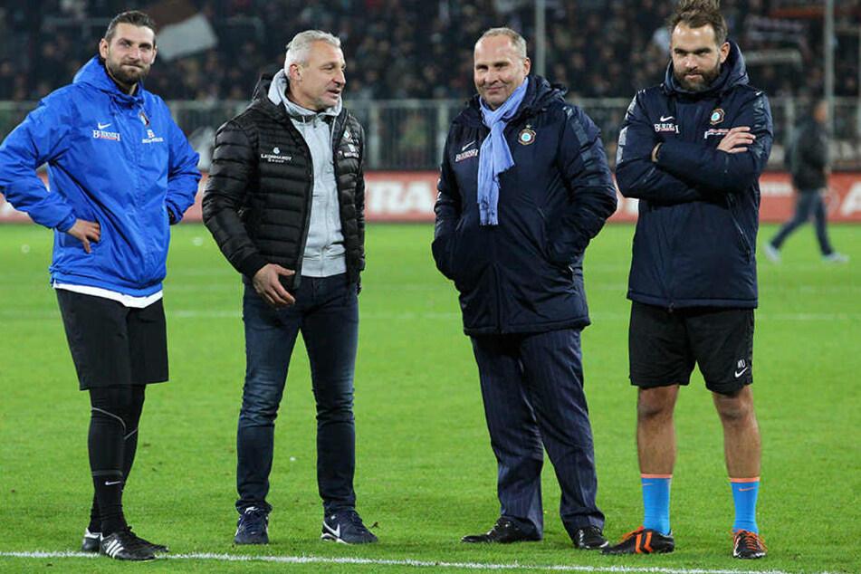 Zufriedene Gesichter bei Aues (v.l.) Co-Trainer Robin Lenk, Coach Pavel Dotchev, Präsident Helge Leonhardt und Torwart-Trainer Max Urwantschky.