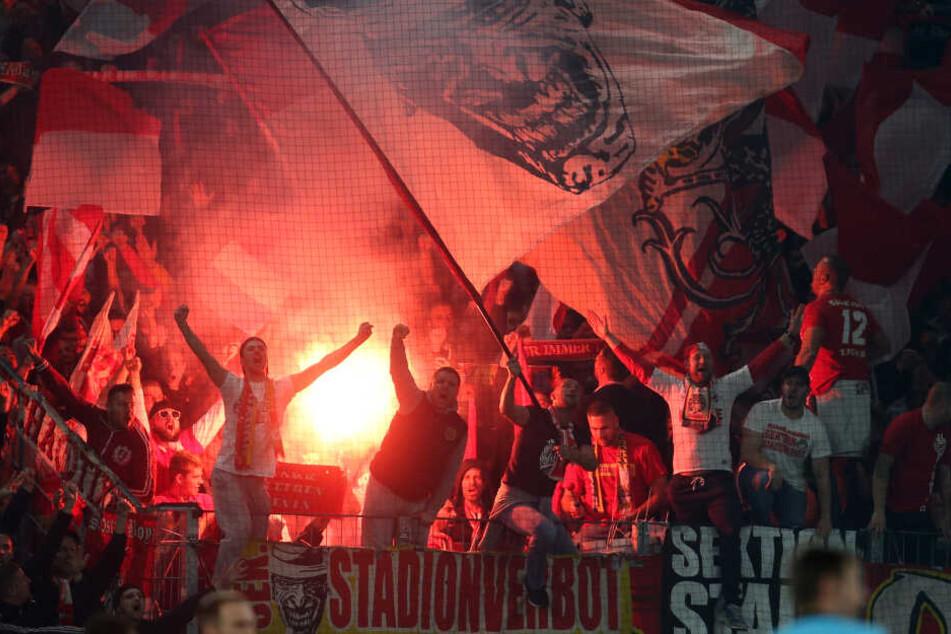 Kölner Anhänger brannten in Mainz mehrfach Bengalos ab.
