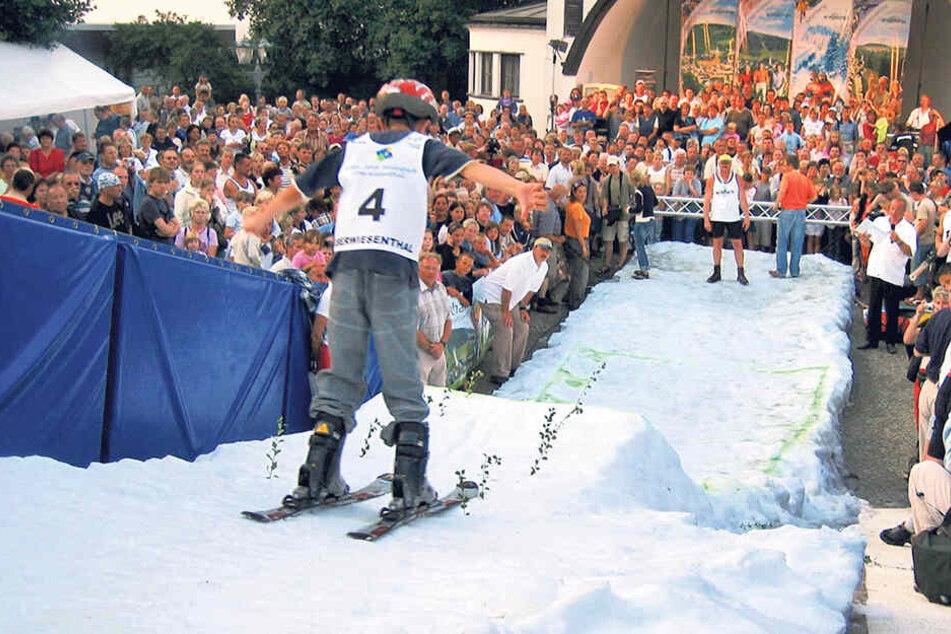 """Mitten im Hochsommer veranstalteten die """"O-thaler"""" mittels Mini-Sprungschanze und Langlaufloipe ihre eigenen Winterspiele."""