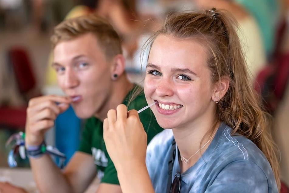 Ein Wangenabstrich, der Leben retten kann. Kira Wachs (17) und Lukas Wunderlich (17) kamen zur DKMS-Typisierung nach St. Egidien.