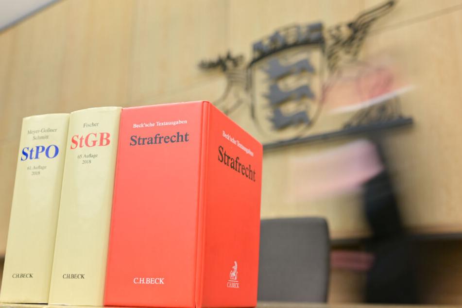 Gesetzbücher stehen am Landgericht Mannheim.
