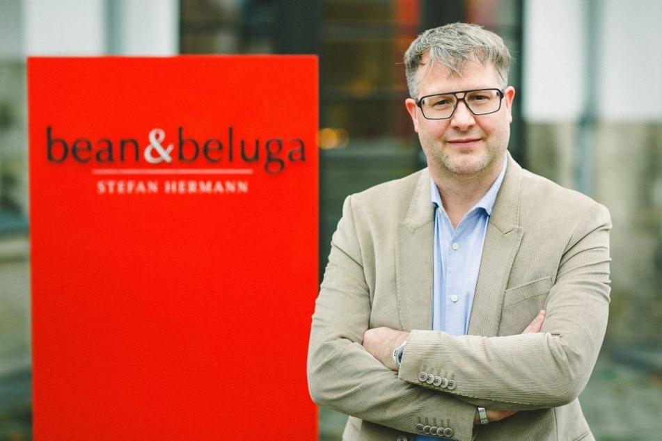 """Stefan Hermann (46) leitet sein Gastro-Imperium vom Weißen Hirsch aus. An der  Bautzner Landstraße in Dresden befindet sich sein Sterne-Restaurant """"bean &  beluga"""", eine Tagesbar und ein Feinkostladen."""