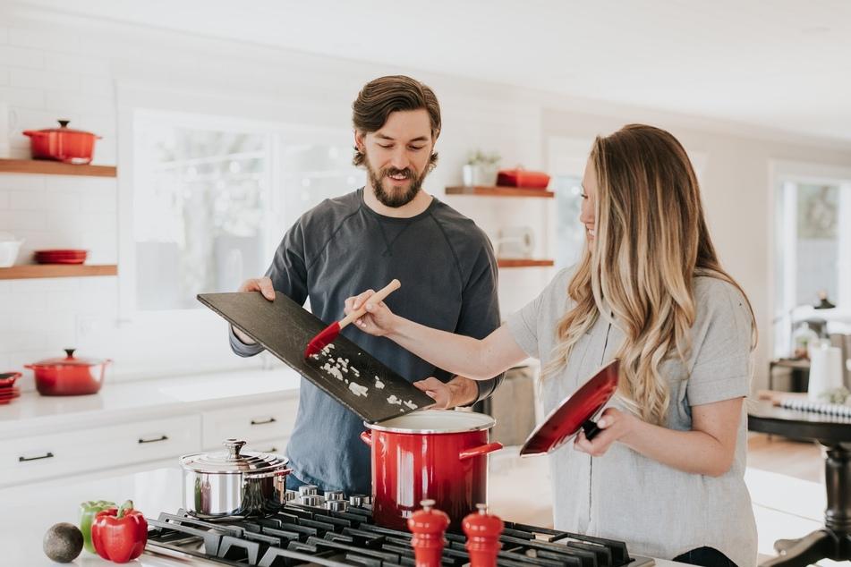 Gemeinsam kochen, Zeit zu zweit: Auch zu Hause kann man sich die Zeit gut vertreiben.