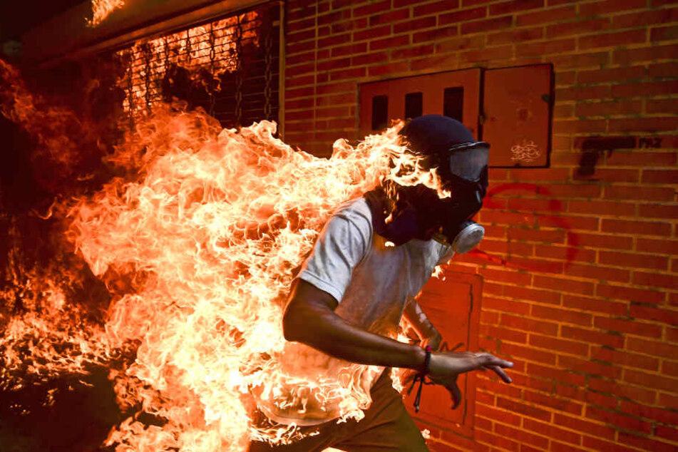 José Víctor Salazar Balza fängt bei Auseinandersetzungen mit der Polizei Feuer.